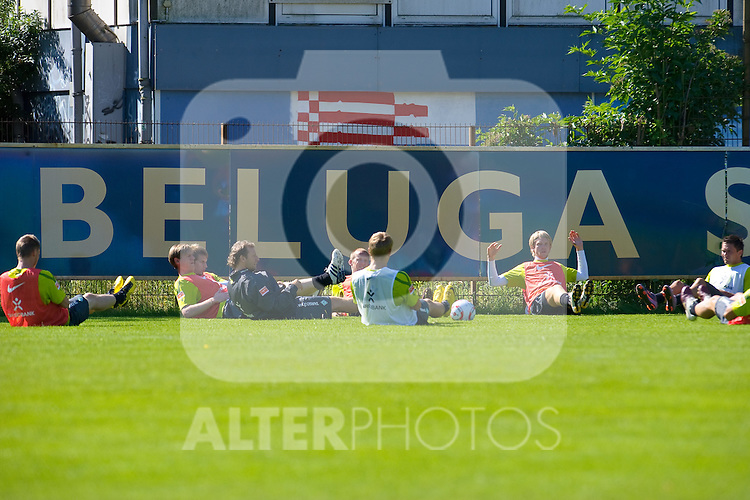 07.07.2010, Platz 5, Bremen, GER, Training Werder Bremen 1. FBL im Bild  lockerugsübungen vor dem Trainingsstart   Foto © nph / Kokenge