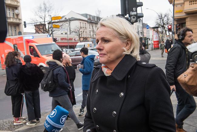 1. im Strassenverkehr getoetete Radfahrerin in 2018.<br /> Am Dienstag den 23. Januar 2018 wurde auf dem Kaiser-Wilhelm-Platz in Berlin-Schoeneberg eine 52-jaehrige Frau von einem rechts abbiegenden Lastwagen ueberfahren. Sie starb noch an der Unfallstelle.<br /> Im Bild: Verkehrssenatorin Regine Guenther, parteilos, macht sich am Tag danach Vorort ein Bild von der Verkehssituation an der fuer Radfahrer und Fussgaenger gefaehrlichen Kreuzung.<br /> 24.1.2018, Berlin<br /> Copyright: Christian-Ditsch.de<br /> [Inhaltsveraendernde Manipulation des Fotos nur nach ausdruecklicher Genehmigung des Fotografen. Vereinbarungen ueber Abtretung von Persoenlichkeitsrechten/Model Release der abgebildeten Person/Personen liegen nicht vor. NO MODEL RELEASE! Nur fuer Redaktionelle Zwecke. Don't publish without copyright Christian-Ditsch.de, Veroeffentlichung nur mit Fotografennennung, sowie gegen Honorar, MwSt. und Beleg. Konto: I N G - D i B a, IBAN DE58500105175400192269, BIC INGDDEFFXXX, Kontakt: post@christian-ditsch.de<br /> Bei der Bearbeitung der Dateiinformationen darf die Urheberkennzeichnung in den EXIF- und  IPTC-Daten nicht entfernt werden, diese sind in digitalen Medien nach §95c UrhG rechtlich geschuetzt. Der Urhebervermerk wird gemaess §13 UrhG verlangt.]
