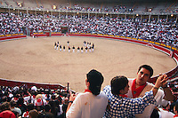 bei der Fiesta San Fermin, Zuschauer tanzen in der Arena vor dem Einlaufen der Stiere, Pamplona, Navarra, Spanien