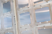 Das Brandenburger Solartechnologie-Unternehmen Oxford Photovoltaics Germany GmbH in Brandenburg an der Havel. Das Unternehmen ist eine Tochtergeseellschaft des britischen Unternehmens Oxford PV, das als Spin-Off der Universitaet Oxford gegruendet wurde.<br /> In dem Werk in Brandenburg soll eine Pilotlinie fuer die von Oxford PV entwickelte Perowskit-Solartechnologie aufgebaut und zur Marktreife gebracht werden. Mit dieser Technologie ist eine wesentlich hoehere Erzeugung von Solarstrom moeglich. Dazu investiert die Firma knapp 15 Millionen Euro in den Brandenburger Standort.<br /> Im Bild: Sogenannte Wafer (Rohzustand der spaeteren Solarzellen) vor einer Anlage zu Beschichtung der Solarzellen.<br /> 8.2.2018, Brandenburg an der Havel<br /> Copyright: Christian-Ditsch.de<br /> [Inhaltsveraendernde Manipulation des Fotos nur nach ausdruecklicher Genehmigung des Fotografen. Vereinbarungen ueber Abtretung von Persoenlichkeitsrechten/Model Release der abgebildeten Person/Personen liegen nicht vor. NO MODEL RELEASE! Nur fuer Redaktionelle Zwecke. Don't publish without copyright Christian-Ditsch.de, Veroeffentlichung nur mit Fotografennennung, sowie gegen Honorar, MwSt. und Beleg. Konto: I N G - D i B a, IBAN DE58500105175400192269, BIC INGDDEFFXXX, Kontakt: post@christian-ditsch.de<br /> Bei der Bearbeitung der Dateiinformationen darf die Urheberkennzeichnung in den EXIF- und  IPTC-Daten nicht entfernt werden, diese sind in digitalen Medien nach §95c UrhG rechtlich geschuetzt. Der Urhebervermerk wird gemaess §13 UrhG verlangt.]