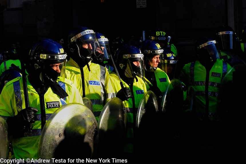 UK. London. 1st April 2009..police stand off against demonstrators at the bank of england.©Andrew Testa for the New York times..