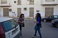 Ragazze tunisine in jeans scherzano per strada filles tunisiennes en jeans Tunisian girls in jeans joke on the street