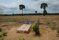 Cemitério dentro de área preparada para plantação de soja  no Km 45 da BR 183-Santarém Cuiabá ao lado da Floresta Nacional de Tapajós.<br /> 17/11/2007<br /> Santarém, Pará, Brasil.<br /> Foto Paulo Santos