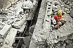 Un vase de fleurs et une peluche jonchent les décombres d'une maison dans le centre de Jacmel le 19/01/2010, une semaine après le séisme.