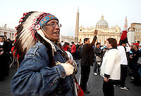 Un nativo americano attende l'inizio della cerimonia di canonizzazione di Kateri Tekakwitha, insieme ad altri sei nuovi santi, in Piazza San Pietro, Citta' del Vaticano, 21 ottobre 2012..A native American Indian stands outside of St. Peter square prior to take part in a canonization ceremony at the Vatican, 21 October 2012. Kateri Tekakwitha, a 17th-century Mohawk Indian who spent most of her life in what is now upstate New York, was declared a saint along with six others in a ceremony attended by the Pope..UPDATE IMAGES PRESS/Riccardo De Luca.NO USA SALES