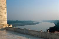 Taj Mahal, erbaut ab 1631 von Shah Jahan fuer seine Frau Mumtaz Mahal,  in Agra, Yamuna-Fluss (Uttar Pradesh), Indien,  Unesco-Weltkulturerbe