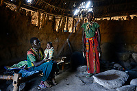 ETHIOPIA Province Benishangul-Gumuz, town Debate, Gumuz village Banush, Gumuz hut indoor / AETHIOPIEN, Provinz Benishangul-Gumuz, Stadt Debate, Gumuz Dorf Banush, Gumuz Huette innen