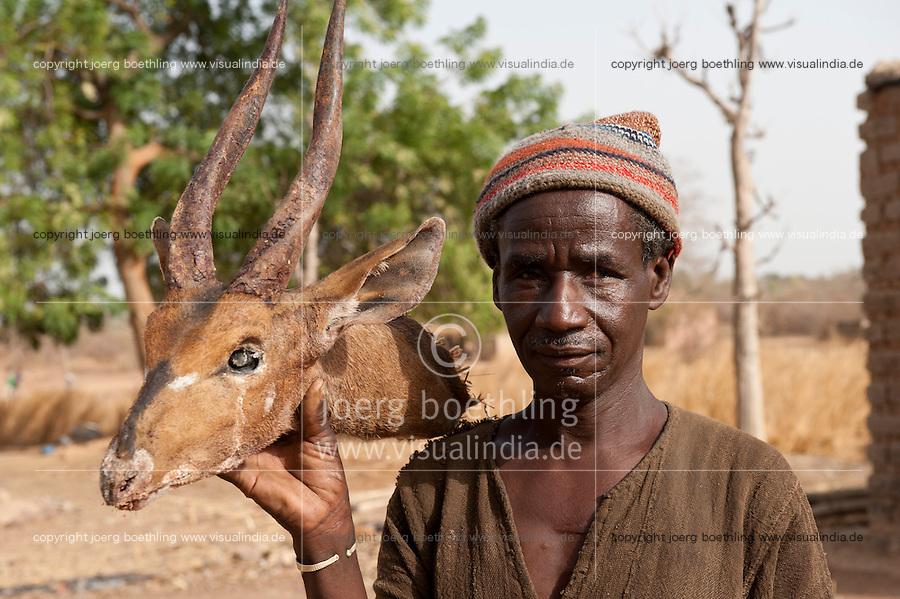 MALI hunter in village Dialkoro / MALI Jaeger im Dorf Dialkoro