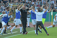 es gibt kein Halten mehr auf Ulmer Bank um Cheftrainer Holger Bachthaler (SSV Ulm 1846), SSV Ulm 1846 - Eintracht Frankfurt, Football, DFB-Pokal,round 1, 18.08.2018<br />DFB RULES PROHIBIT USE IN MMS SERVICES VIA HANDHELD DEVICES UNTIL TWO HOURS AFTER A MATCH AND ANY USAGE ON INTERNET OR ONLINE MEDIA SIMULATING VIDEO FOOdayE DURING THE MATCH. *** Local Caption *** © pixathlon<br /> Contact: +49-40-22 63 02 60 , info@pixathlon.de