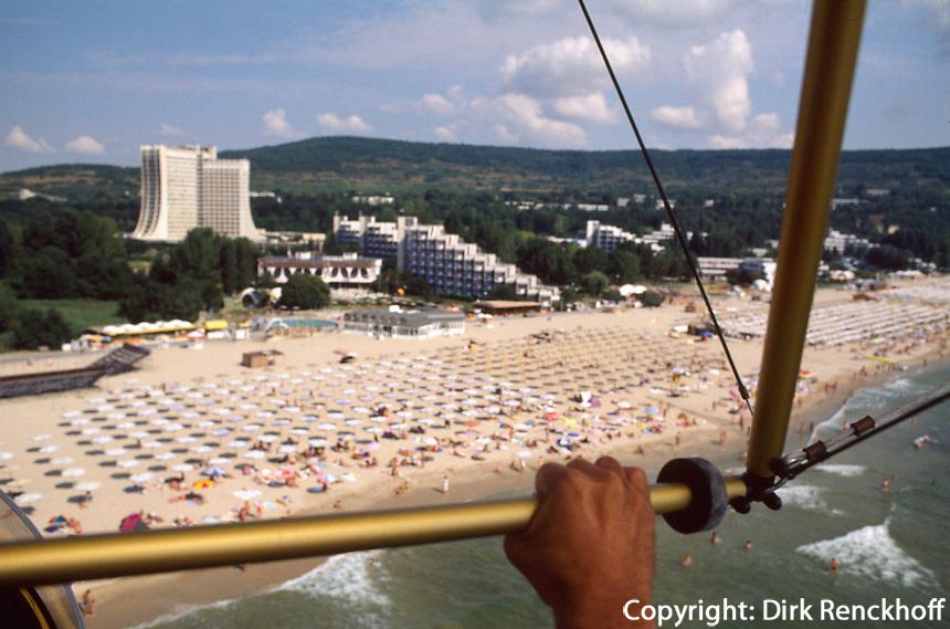 Bulgarien, Albena, Strand, Hotel Dobrusha, Luftaufnahme vom Gleitdrachen