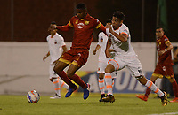 ENVIGADO - COLOMBIA - 09 - 02 - 2018: Machael Nike Gomez (Der.) jugador de Envigado F. C., disputa el balón con Francisco Rodriguez (Izq.) jugador de Rionegro Aguilas Doradas, durante partido entre Envigado F. C., y Rionegro Aguilas Doradas por la fecha 2 de la Liga Aguila I 2018, en el estadio Polideportivo Sur de la ciudad de Envigado. / Machael Nike Gomez (R) player of Envigado F. C., fights for the ball with con Francisco Rodriguez (L) player of Rionegro Aguilas Doradas, during a match between Envigado F. C., and Rionegro Aguilas Doradas for the date 2 of the Liga Aguila I 2018 at the Polideportivo Sur stadium in Envigado city. Photo: VizzorImage / Leon Monsalve / Cont.