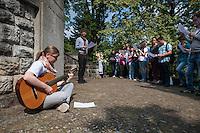 """Gedenken an den Beginn des 1. Weltkrieg.<br /> 35 Jugendliche aus 11 Laendern gedachten auf dem Luisenkirchhof III in Berlin zum Abschluss eines zweiwoechigen Workshop des Volksbund deutscher Kriegsgraeberfuersorge an den Beginn des 1. Weltkrieg. Sie legten Blumen und einen Kranz des Volksbund nieder und einzuendeten Kerzen am Ehrenmal der Gefallenen.<br /> Im Bild: Die Jugendlichen singen """"Sag mir wo die Blumen sind"""".<br /> 8.8.2014, Berlin<br /> Copyright: Christian-Ditsch.de<br /> [Inhaltsveraendernde Manipulation des Fotos nur nach ausdruecklicher Genehmigung des Fotografen. Vereinbarungen ueber Abtretung von Persoenlichkeitsrechten/Model Release der abgebildeten Person/Personen liegen nicht vor. NO MODEL RELEASE! Don't publish without copyright Christian-Ditsch.de, Veroeffentlichung nur mit Fotografennennung, sowie gegen Honorar, MwSt. und Beleg. Konto: I N G - D i B a, IBAN DE58500105175400192269, BIC INGDDEFFXXX, Kontakt: post@christian-ditsch.de<br /> Urhebervermerk wird gemaess Paragraph 13 UHG verlangt.]"""