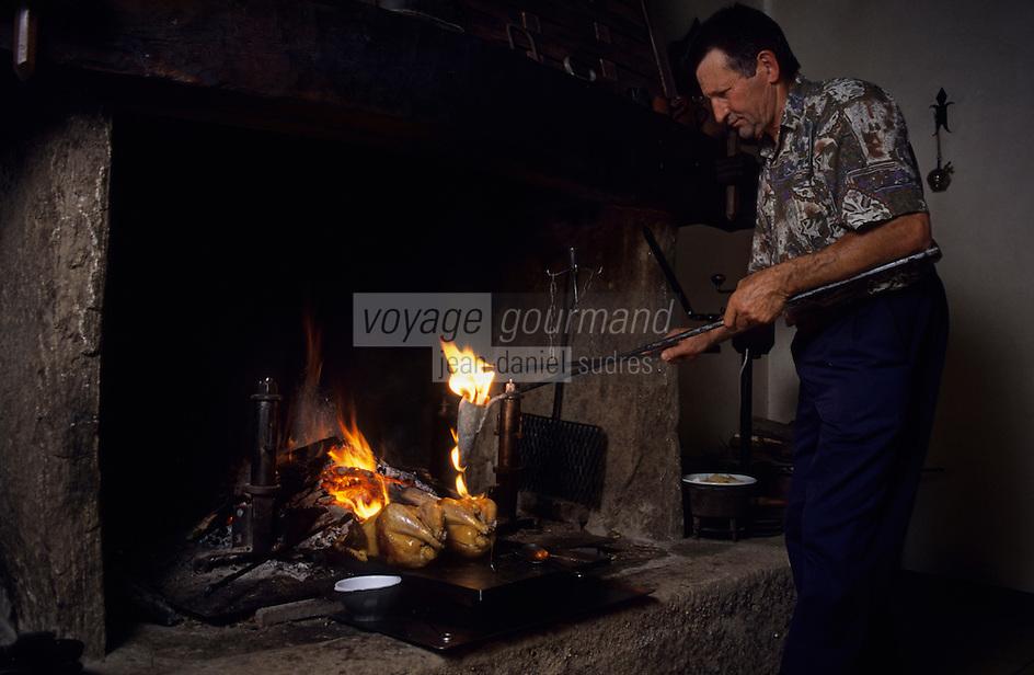 """Europe/France/Midi-Pyrénées/12/Aveyron/La Cresse : Ferme auberge """"La Tindelle"""" de Loïc et René Almeras -  Cuisson d'une poularde au capucin (ustensile de cuisine que l'on fait chauffer dans un foyer et que l'on rempli de graisse que l'on enflamme pour cuire """"à la graisse coulée"""" les gibiers et volaille) [Non destiné à un usage publicitaire - Not intended for an advertising use]<br /> PHOTO D'ARCHIVES // ARCHIVAL IMAGES<br /> FRANCE 2000"""