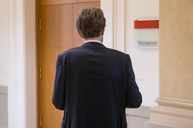 """2. Sitzung des 2. Untersuchungsausschusses <br /> der 18. Wahlperiode des Berliner Abgeordnetenhaus - """"BER II"""" - am Freitag den 7. September 2018.<br /> Der Ausschuss soll die Ursachen, Konsequenzen und Verantwortung fuer die Kosten- und Terminueberschreitungen des im Bau befindlichen Flughafens """"Berlin Brandenburg Willy Brandt"""" aufklaeren.<br /> Als oeffentlicher Tagesordnungspunkt war die Beweiserhebung durch Vernehmung des Zeugen Staatssekretaer a. D. Prof. Dr.-Ing. Engelbert Luetke Daldrup vorgesehen.<br /> Im Bild: Der BER-Chef Engelbert Luetke Daldrup vor Beginn der Sitzung.<br /> 7.9.2018, Berlin<br /> Copyright: Christian-Ditsch.de<br /> [Inhaltsveraendernde Manipulation des Fotos nur nach ausdruecklicher Genehmigung des Fotografen. Vereinbarungen ueber Abtretung von Persoenlichkeitsrechten/Model Release der abgebildeten Person/Personen liegen nicht vor. NO MODEL RELEASE! Nur fuer Redaktionelle Zwecke. Don't publish without copyright Christian-Ditsch.de, Veroeffentlichung nur mit Fotografennennung, sowie gegen Honorar, MwSt. und Beleg. Konto: I N G - D i B a, IBAN DE58500105175400192269, BIC INGDDEFFXXX, Kontakt: post@christian-ditsch.de<br /> Bei der Bearbeitung der Dateiinformationen darf die Urheberkennzeichnung in den EXIF- und  IPTC-Daten nicht entfernt werden, diese sind in digitalen Medien nach §95c UrhG rechtlich geschuetzt. Der Urhebervermerk wird gemaess §13 UrhG verlangt.]"""