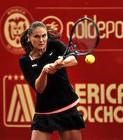 BOGOTA - COLOMBIA - 12-04-2016: Alexandra Panova de Rusia, devuelve la bola a Edina Svitolina de Ucrania, durante partido por el Claro Colsanitas WTA, que se realiza en el Club El Rancho de Bogota. / Alexandra Panova from Russia, returns the ball to Edina Svitolina from Ukraine, during a match for the WTA Claro Colsanitas, which takes place at Club El Rancho de Bogota. Photo: VizzorImage / Luis Ramirez / Staff.