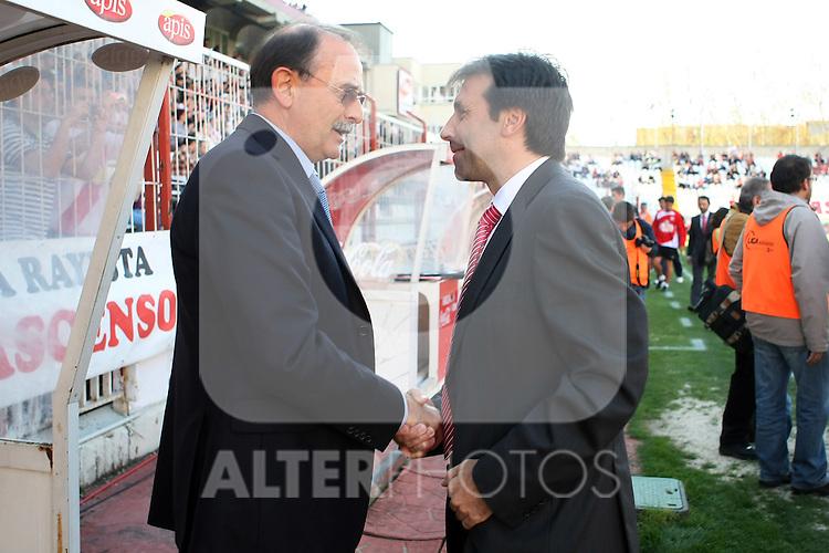 Las Palmas' coach Sergio Kresic (l) and Rayo Vallecano's Felipe Minambres during La Liga 2th Division match, April 10 2010. (ALTERPHOTOS/Acero).