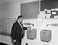 Lecteur et Carte de pointage de temps, Aout 1966.<br /> <br /> PHOTO : Agence Quebec Presse