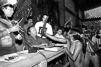A índia Kayapó ameaça com facão o diretor da Eletronorte José Antônio Muniz Lopes em protesto pela criação da hidrelétrica de Kakarao, hoje Belo Monte, durante o I Encontro das Nações indígenas do Xingu.<br />Altamira, Pará, Brasil.<br />Foto Paulo Jares<br />1989