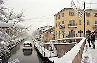Gennaio 2009, nevicata su Milano. Il Naviglio Grande --- January 2009, snowfall in Milan. The Naviglio Grande channel