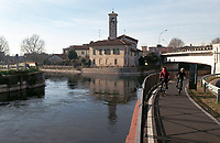 Castelletto frazione di Abbiategrasso (Milano). La diramazione del Naviglio di Bereguardo dal Naviglio Grande. Pista ciclabile --- Castelletto Abbiategrasso (Milan). The issuing of the canal Naviglio di Bereguardo from the canal Naviglio Grande. Bicycle lane