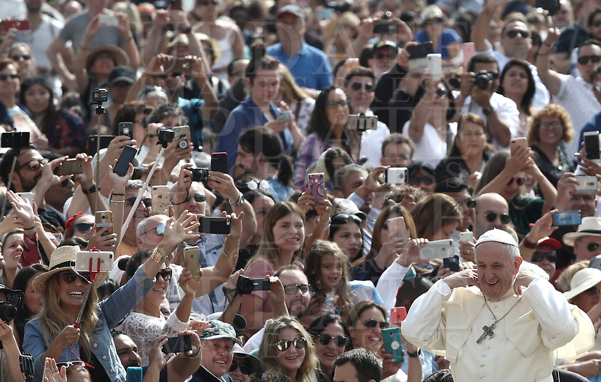 Papa Francesco arriva all'udienza generale del mercoledi' in Piazza San Pietro, Citta' del Vaticano, 6 giugno, 2018.<br /> Pope Francis arrives to lead his weekly general audience in St. Peter's Square at the Vatican, on June 6, 2018.<br /> UPDATE IMAGES PRESS/Isabella Bonotto<br /> <br /> STRICTLY ONLY FOR EDITORIAL USEUPDATE