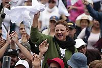 MEDELLÍN - COLOMBIA, 09-09-2017: Feligreses oran al Papa Francisco a su llegada al oficio religioso en el aeropuerto Enrique Olaya Herrera en Medellín. El Papa Francisco realiza la visita apostólica a Colombia entre el 6 y el 11 de septiembre de 2017 llevando su mensaje de paz y reconciliación por 4 ciudades: Bogotá, Villavicencio, Medellín y Cartagena. /   parishioners pray to the Pope Francis at his arrive to make the mass at Enrique Olaya Herrera airport in Medellin. Pope Francisco makes the apostolic visit to Colombia between September 6 and 11, 2017, bringing his message of peace and reconciliation to 4 cities: Bogota, Villavicencio, Medellin and Cartagena. Photo: VizzorImage / Alejandro Rosales / Cont
