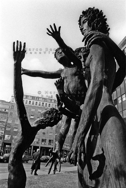 Milano, particolare del monumento ai bersaglieri (scultore Mario Robaudi) rappresentante uomini, donne e bambini a braccia alzate --- Milan, part of the monument to the bersaglieri (sculptor Mario Robaudi) representing men, women and children with raised arms