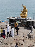 Buddhastatue am Strand, Tempel Haedong Yonggungsa, Busan, Gyeongsangnam-do, Südkorea, Asien<br /> Buddha statue at the shore, buddhist temple Haedong Yonggungsa, Busan,  province Gyeongsangnam-do, South Korea, Asia