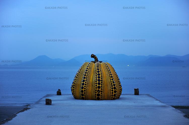 Yellow Pumpkin, a piece of art by Yayoi Kusama at dusk in Benesse Art Site. Naoshima. Setouchi Islands. Japan.<br /> <br /> Yellow Pumpkin, une œuvre d'art de Yayoi Kusama au crépuscule à Benesse Art Site. Naoshima. Iles Setouchi. Japon.