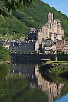Europe/France/Midi-Pyrénées/12/Aveyron/Estaing:  le village dominé par Le Château d'Estaing