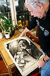 Foto: VidiPhoto<br /> <br /> ARNHEM – In een voormalige drukkerij in Arnhem is een 60 kilo zware stenen litho van Adolf Hitler ontdekt. Dat is dinsdag bekend gemaakt. Het gevaarte diende in de oorlog om propaganda-affiches te drukken met daarop het hoofd van Hitler. Tijdens de bevrijding werden vrijwel alle litho's kapot geslagen. Om onbekende reden overleefde dit exemplaar deze 'beeldenstorm'. De litho is geschonken aan Arnhems Oorlogsmuseum 40-45. Volgens de directie gaat het om een unieke vondst. Voor zover bekend is er geen tweede exemplaar in ons land. Al eerder kwam het veelbesproken museum in bezit van een bankstel en een typemachine uit de bunker van Hitler in Berlijn.