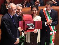 L'attivista birmana e vincitrice del Premio Nobel per la Pace del 1991 Aung San Suu Kyi, seconda da destra, riceve la cittadinanza onoraria di Roma durante una cerimonia col sindaco Ignazio Marino, a destra, l'ex sindaco Walter Veltroni, sinistra, e l'ex calciatore Roberto Baggio, in Campidoglio, Roma, 27 ottobre 2013.<br /> Burmese opposition leader and Nobel Prize laureate Aung San Suu Kyi, second from right, attends a ceremony with Rome's Mayor Ignazio Marino, right, former Mayor Walter Veltroni, left, and former football player Roberto Baggio, to receive the honorary citizenship at the Campidoglio city hall in Rome, 27 October 2013.<br /> UPDATE IMAGES PRESS/Isabella Bonotto