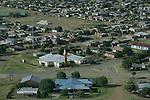 Foto: VidiPhoto..KOPPIES - Een township vlak bij Koppies in Vrijstaat Zuid-Afrika vanuit de lucht gezien.