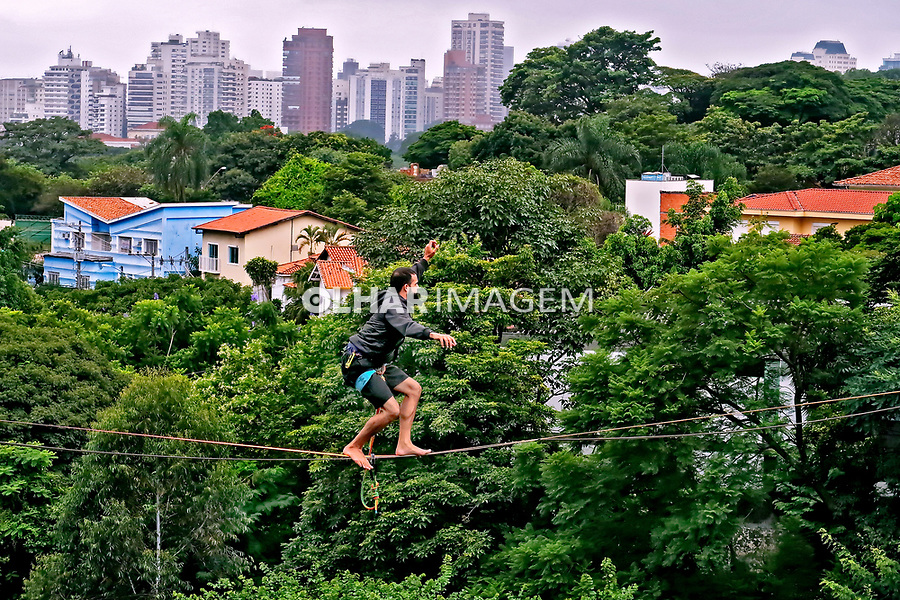 Equilibrio na corda bamba, slackline. Bairro Sumare, Sao Paulo. 2020. Foto Juca Martins.