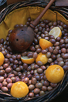 Europe/France/Languedoc-Roussillon/30/Gard/Uzès: Etal d'olives sur le marché place aux herbes - Détail olives au citron