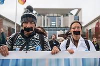 """Mit einer Schweigedemonstration der """"Scientists for Future"""" protestierten Wissenschaftler unter dem Motto """"Es wurde alles gesagt! Jetzt Handeln!"""" am Freitag den 15. November 2019 vor dem Bundeskanzleramt gegen die Klimapolitik der Bundesregierung. """"Uns - Wissenschaftlerinnen und Wissenschaftler - macht das Regierungsversagen sprachlos. Seit Jahren weisen wir auf die hohen Risiken der Klimakrise hin. Wir werden in Gremien und Kommissionen eingeladen – aber unsere Erkenntnisse werden ignoriert. Wir haben alles gesagt - jetzt muss gehandelt werden!"""" so die Organisatoren des stillen Protests.<br /> Unterstuetzt wurden die Wissenschaftler durch eine Demonstration von Schuelern der """"Fridays for Future""""-Bewegung.<br /> 15.11.2019, Berlin<br /> Copyright: Christian-Ditsch.de<br /> [Inhaltsveraendernde Manipulation des Fotos nur nach ausdruecklicher Genehmigung des Fotografen. Vereinbarungen ueber Abtretung von Persoenlichkeitsrechten/Model Release der abgebildeten Person/Personen liegen nicht vor. NO MODEL RELEASE! Nur fuer Redaktionelle Zwecke. Don't publish without copyright Christian-Ditsch.de, Veroeffentlichung nur mit Fotografennennung, sowie gegen Honorar, MwSt. und Beleg. Konto: I N G - D i B a, IBAN DE58500105175400192269, BIC INGDDEFFXXX, Kontakt: post@christian-ditsch.de<br /> Bei der Bearbeitung der Dateiinformationen darf die Urheberkennzeichnung in den EXIF- und  IPTC-Daten nicht entfernt werden, diese sind in digitalen Medien nach §95c UrhG rechtlich geschuetzt. Der Urhebervermerk wird gemaess §13 UrhG verlangt.]"""