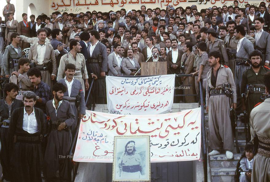 Irak 1991  Jalal Talabani au stade d'Erbil      Iraq 1991 Jalal Talabani in Erbil's stadium