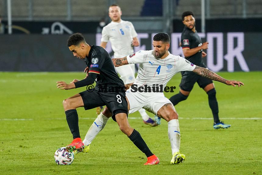 Jamal Musiala (Deutschland Germany) gegen Victor Palsson (Island Iceland) - 25.03.2021: WM-Qualifikationsspiel Deutschland gegen Island, Schauinsland Arena Duisburg