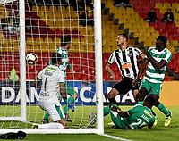 BOGOTÁ - COLOMBIA, 23–10-2018: Diego Novoa de La Equidad (COL) no logra detener el disparo de  Rever de Atlético Mineiro (BRA), al anotar gol de su equipo, durante partido de vuelta de los cuartos de final entre La Equidad (COL) y Club Atlético Mineiro (BRA), por la Copa Conmebol Sudamericana 2019 en el estadio Nemesio Camacho El Campin, de la ciudad de Bogotá. / Diego Novoa of La Equidad (COL), fails to stop  Rever of La Equidad (COL), the goal of his team, during a match between La Equidad (COL) and Club Atletico Mineiro (BRA), of the second leg of the quarter finals for the Conmebol Sudamericana Cup 2019 in the Nemesio Camacho El Campin stadium in Bogota city. Photo: VizzorImage / Luis Ramírez / Staff.