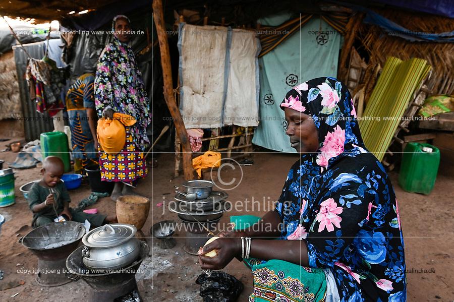 MALI, Bamako, IDP camp Niamana, Peulh people settled here after ethnic conflicts with Dogon people in the region Mopti, Peulh women with indigo ink painted face / Peul Fluechtlinge haben sich nach ethnischen Konflikten mit Dogon in der Region Mopti hier angesiedelt,  Frauen mit Indigo Farbe bemaltem Gesicht
