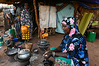 MALI, Bamako, IDP camp Niamana, Peulh people settled here after ethnic conflicts with Dogon people in the region Mopti, Peulh women with indigo ink painted face / Peul Fluechtlinge haben sich nach ethnischen Konflikten mit Dogon in der Region Mopti hier angesiedelt,  Frauen mit Indigo Farbe bemaltem Gesicht