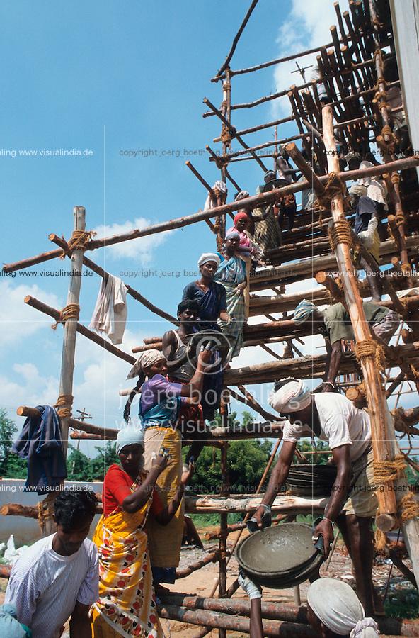 INDIA Tamil Nadu, women and men at house construction in Tirupur / INDIEN Tamil Nadu Tirupur, Baustelle Hausbauprojekt