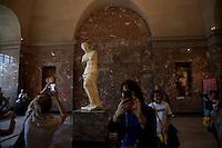 """Parigi, museo del Louvre -Afrodite, detta """"la venere di Milo"""" Melos , statua in marmo, ca. 100 aC  turisti fotografano"""