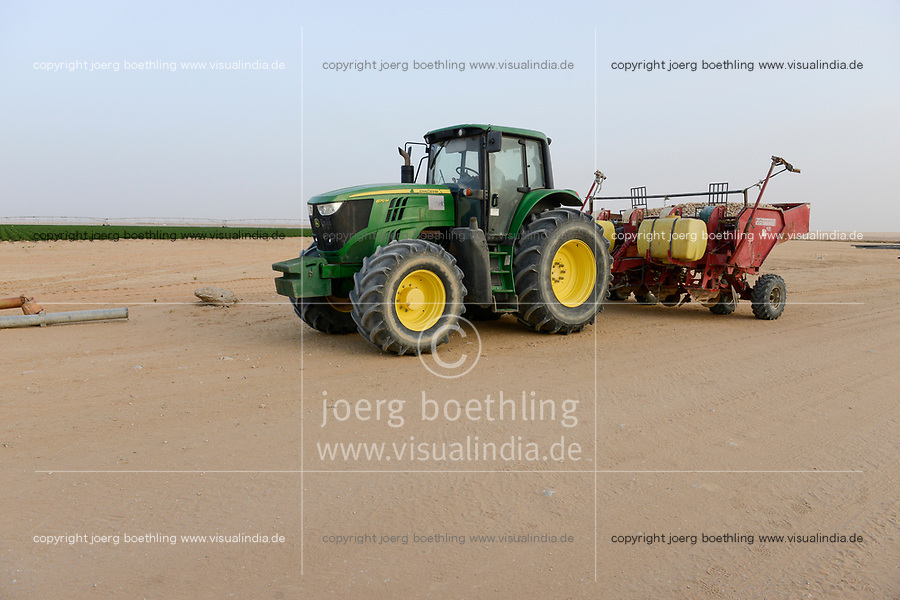EGYPT, Farafra, potato farming in the desert, United Farms, John Deere tractor with Grimme harvesting machines/ AEGYPTEN, Farafra, United Farms, Kartoffelanbau in der Wueste