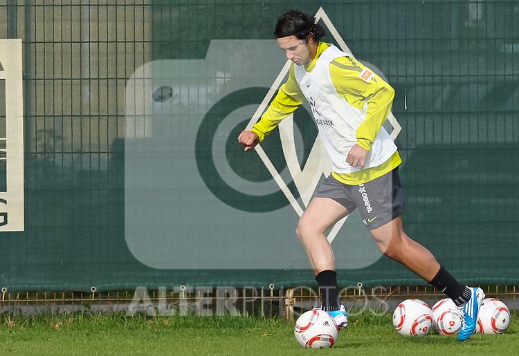 23.09.2010, Trainingsgelaende Werder Bremen, Bremen, GER, 1. FBL, Training Werder Bremen, im Bild Claudio Pizarro (Bremen #24)   Foto © nph / Frisch
