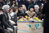 Atsuko Ushioda (sa femme) et leurs enfants - ObsËques de Pierre Barouh - Service religieux effectuÈ par une femme rabbin au cimetiËre de Montmartre - 4 janvier 2017 - Paris - France