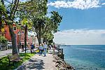 Italy, Veneto, Lake Garda, Torri del Benaco: small harbour at East Bank of Lake Garda - lakeside promenade | Italien, Venetien, Gardasee, Torri del Benaco: kleiner Hafen am Ostufer des Gardasees - Seepromenade