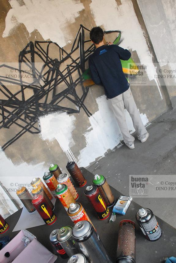 - a group of young people has occupied by surprise for two days an abandoned factory destined to being demolished within little days at the south east periphery of Milan, in Rogoredo area, in order to realize an encounter dedicated to the visual arts: painting, graffiti, video and multimedial installations....- un gruppo di giovani ha occupato a sorpresa per due giorni una fabbrica abbandonata destinata ad essere demolita entro pochi giorni alla periferia sud est di Milano, in zona Rogoredo, per realizzare un incontro dedicato alle arti visive: pittura, graffiti, installazioni video e multimediali