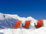 CHE, Schweiz, Kanton Bern, Berner Oberland, Grindelwald: Skiregion Kleine Scheidegg - 3 rote Liegestühle im Schnee | CHE, Switzerland, Canton Bern, Bernese Oberland, Grindelwald: Ski region Kleine Scheidegg - 3 red deck chairs in the snow