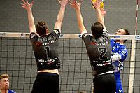06-03-2021: Volleybal: Amysoft Lycurgus v Active Living Orion: Groningen Lycurgus speler Thomas - Douglass-Powell slaat de bal in het blok met Orion speler Jannes van der Ham en Orion speler Bas van Bemmelen